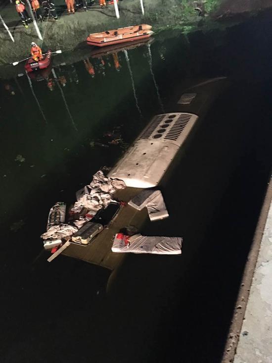 津蓟高速发生重大交通事故 客车坠入渠内致26死