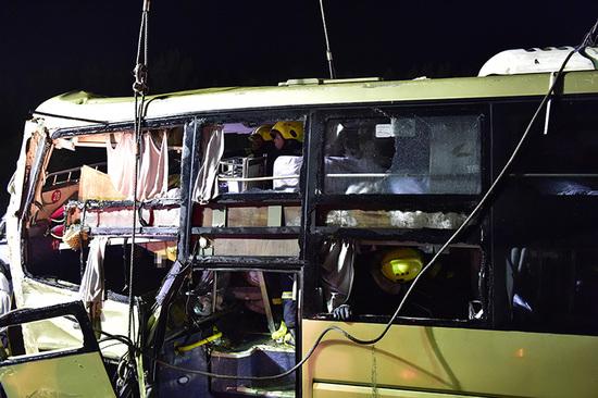 载30人客车在津蓟高速宝坻段落水 致26死4伤