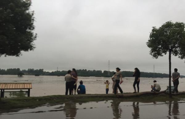 武汉举水河突发特大洪水:溃口70米 万人连夜转移