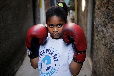 图片故事:巴西贫民窟的小小拳击手