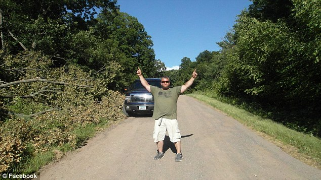 美国一秃鹰被困23米高树枝 男子开枪打断树枝将其救下