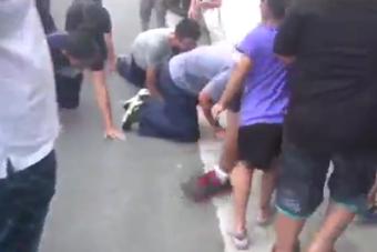 台湾4名军官跪爬进船长灵堂