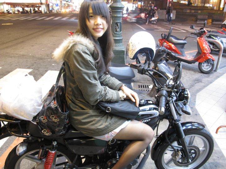 美女穿超短裙骑自行车-台湾机车妹骑车从不穿裤子 私下却是乖乖女图片