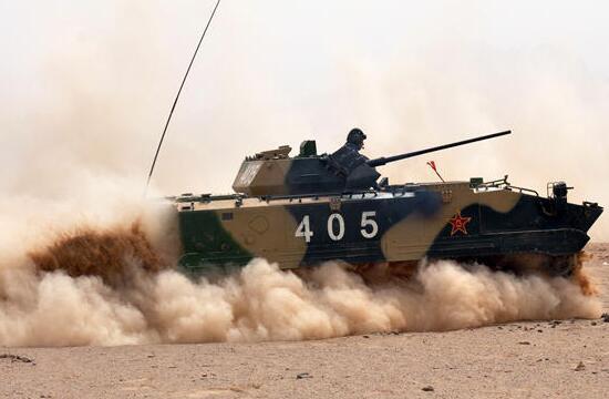 空降兵某团空降战车沙漠训练