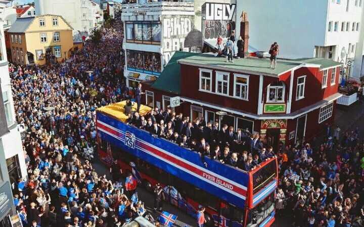 冰岛足球运动员们归国后,如同英雄凯旋般受到了热烈的欢迎,因为在2016