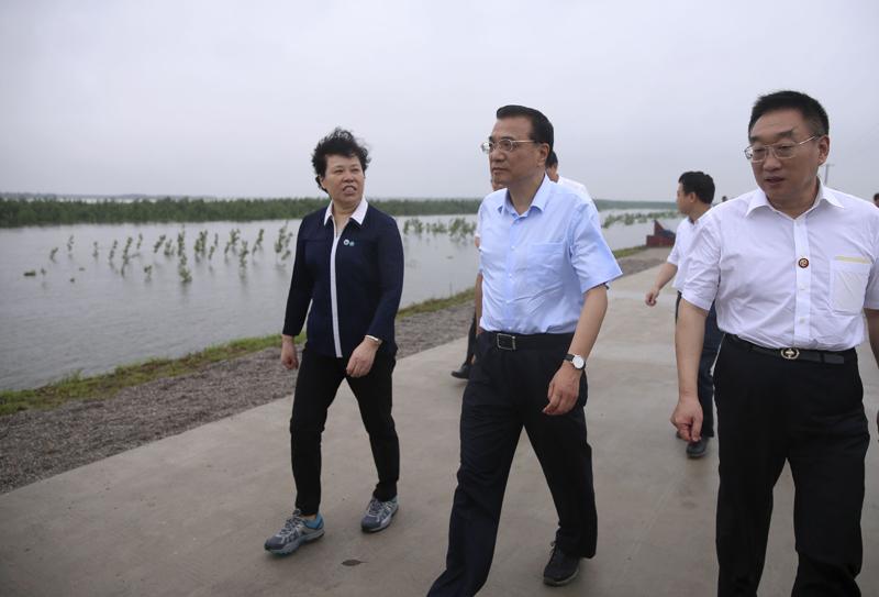 李克强视察岳阳长江干堤:要把保障人民群众生命财产安全顶在头上