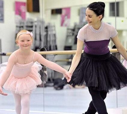六岁白血病女孩为圆芭蕾梦 忍痛坚强练舞