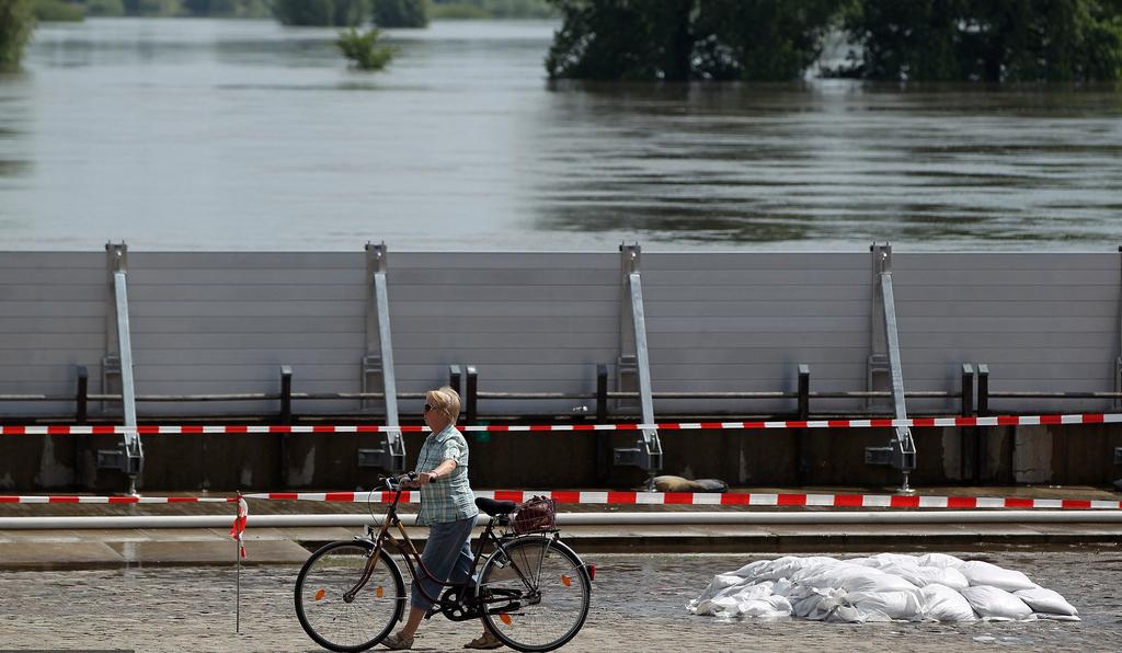"""洪水来袭 德国推出抗洪""""钢铁神器""""搭建防洪墙"""