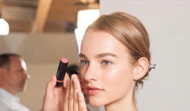 化妆技巧大分享 法媒教您用手指完成魅力妆容