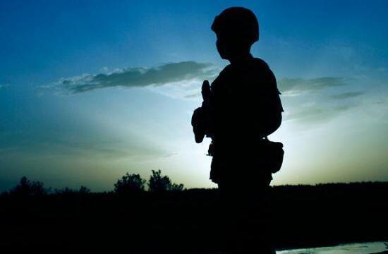 空降兵在大漠戈壁跨昼夜演练