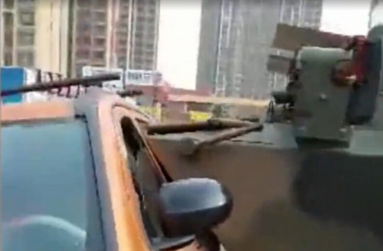 女司机驾SUV撞上92式装甲车