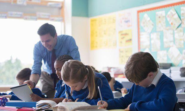 英国一学年9万家长带孩子翘课度假 不惜被罚款