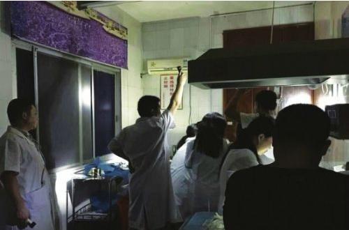 湖南洪水致医院瘫痪 打手电接生男婴