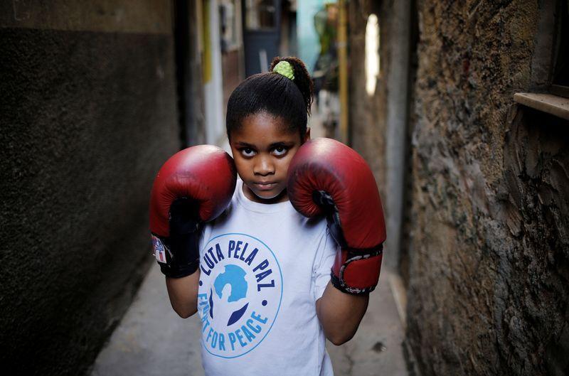 里约贫民窟孩子戴破拳套 为和平练拳击