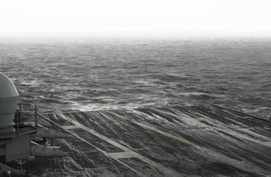 美军航母在南海遭遇恶劣海况