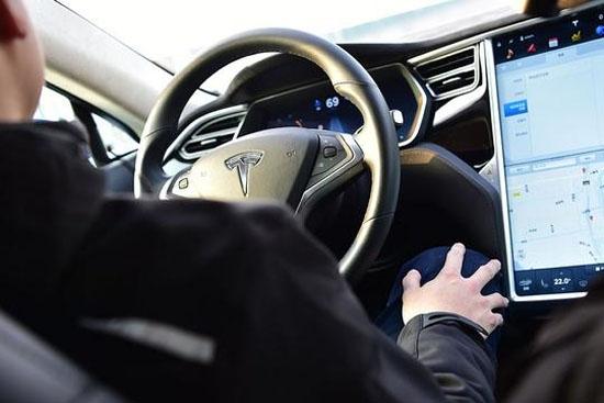 自动驾驶发生车祸谁来承担责任?