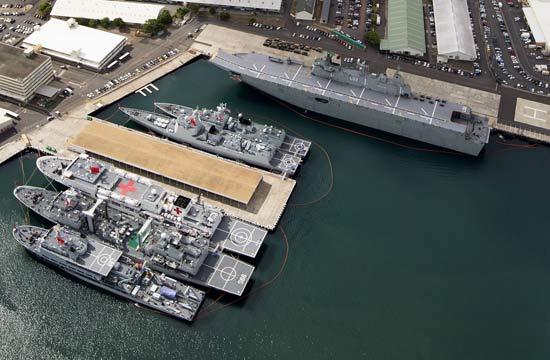 俯拍停靠在珍珠港的中国军舰