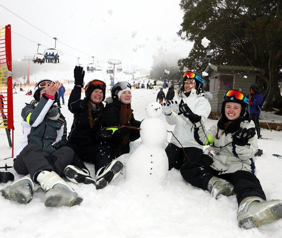 澳大利亚迎来雪季 爱好者7月滑雪很惬意