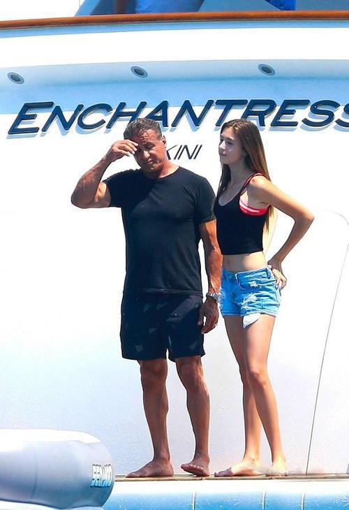 史泰龙70大寿海边度假 女儿们美艳抢镜