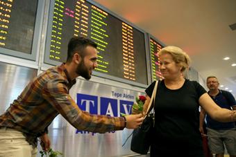 土耳其学生为外国游客献花化解恐袭阴影