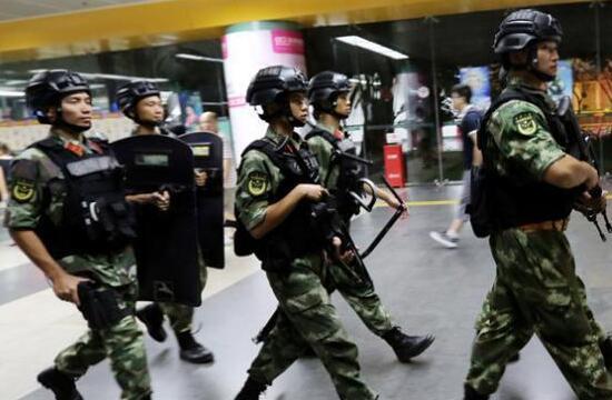 特区兵哥们人群中武装执勤