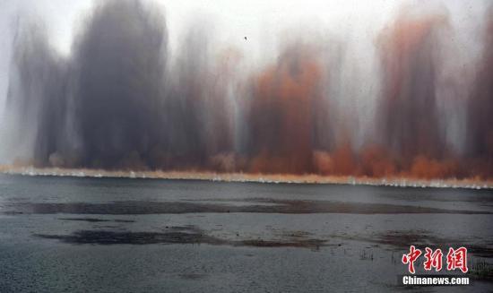 湖北爆破分洪:湖面腾百米烟雾 无人机被震落湖底