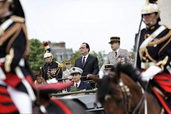 法国国庆日阅兵 奥朗德乘车检阅队伍