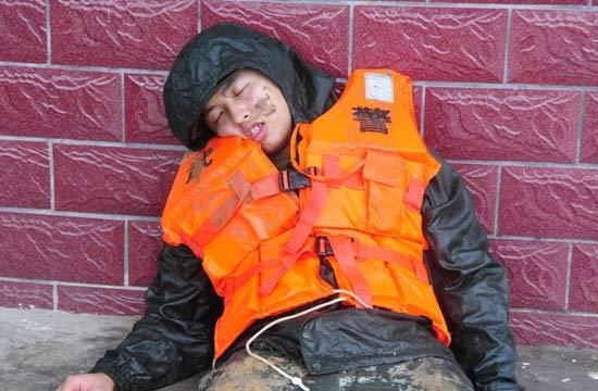抗洪战场上的那些动人睡姿