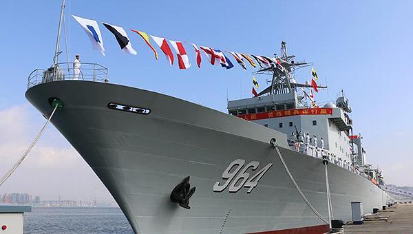 南海舰队一日服役两艘万吨巨舰