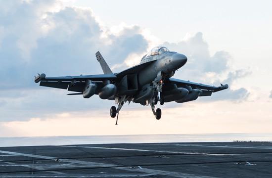 美军电子战机飞掠南海空降航母
