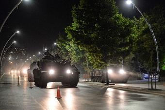 土军政变部队的战车被民众抢走