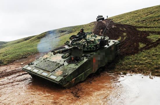 朱日和军演坦克大军掘泥开进