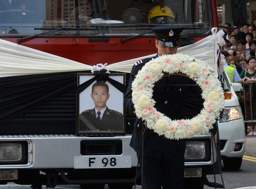 香港殉职消防队长张耀升出殡 特首梁振英出席丧礼