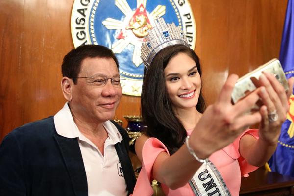 菲律宾总统杜特尔特与环球小姐自拍合影