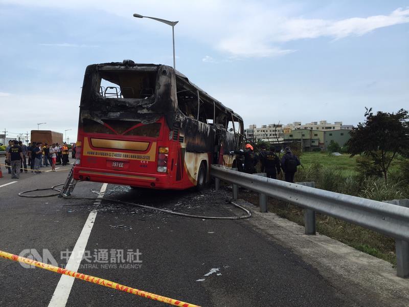 台湾载辽宁陆客团游览车撞护栏起火 26人命丧火海