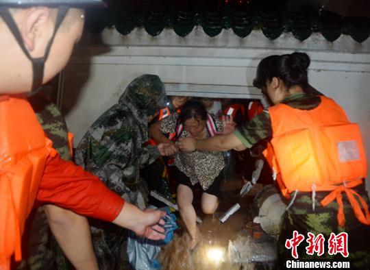 四川泸州突降暴雨局地内涝 连夜营救转移740余民众