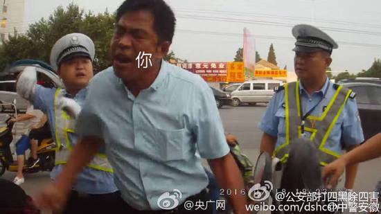 男子占车道被查 推搡交警称不被撞死不能管我