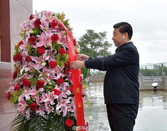 习近平考察宁夏 冒雨向长征会师纪念碑敬献花篮