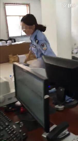 甘肃一制服女怒打办事人员 警方:系协管员已停职