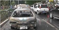 行驶中汽车自燃 十几分钟后只剩铁皮