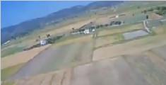 男子乘滑翔翼遨游 老鹰认为被抢地盘发起猛攻