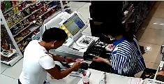 监拍鬼手小偷两秒抽走14张大钞 收银员浑然不知