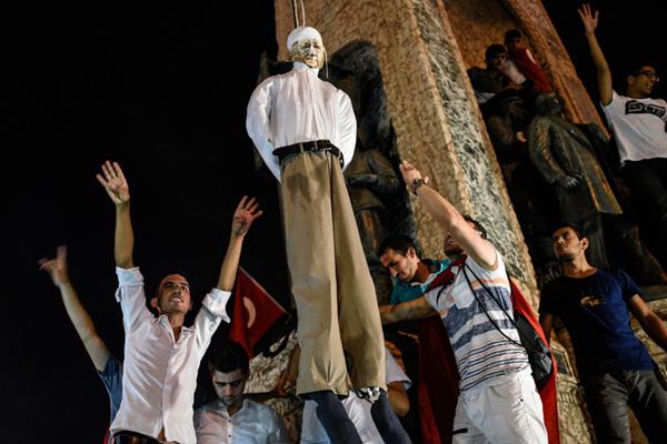 """土耳其民众集会抗议政变 """"吊死""""幕后""""黑手""""葛兰"""