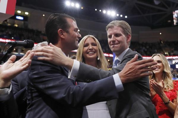 特朗普正式获共和党总统候选人提名 家人欣喜若狂