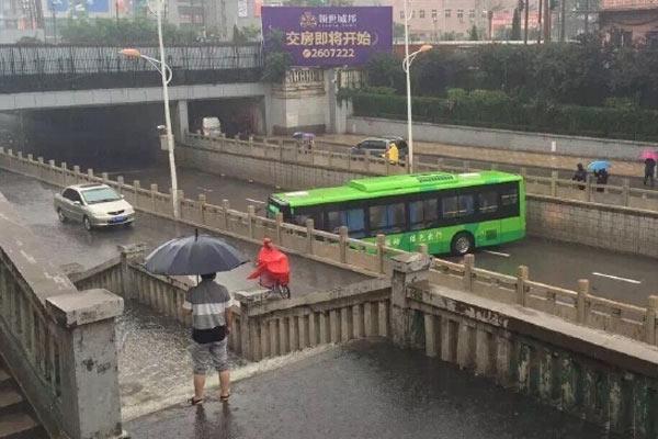 """河北邢台暴雨中现""""最牛""""公交车掉头"""
