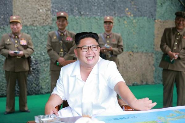 朝鲜公布金正恩观看导弹试射照片 笑得合不拢嘴