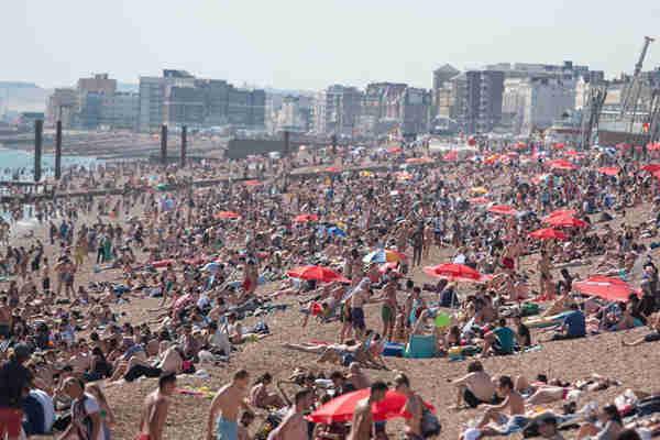 """英国持续高温 布莱顿海滩人满为患如同""""下饺子"""""""