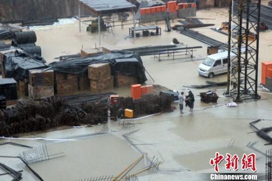 河北保定遭暴雨袭击 多县受灾1人死亡