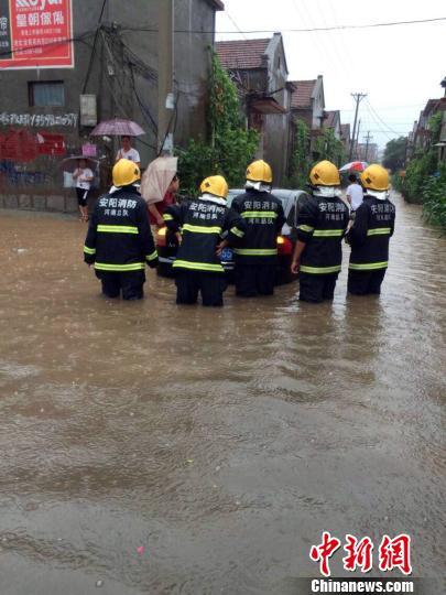 河南多地遭受今年最强降雨 多处道路被淹