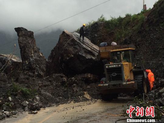 湖北五峰道路因强降雨塌方中断抢险人员爆破清障